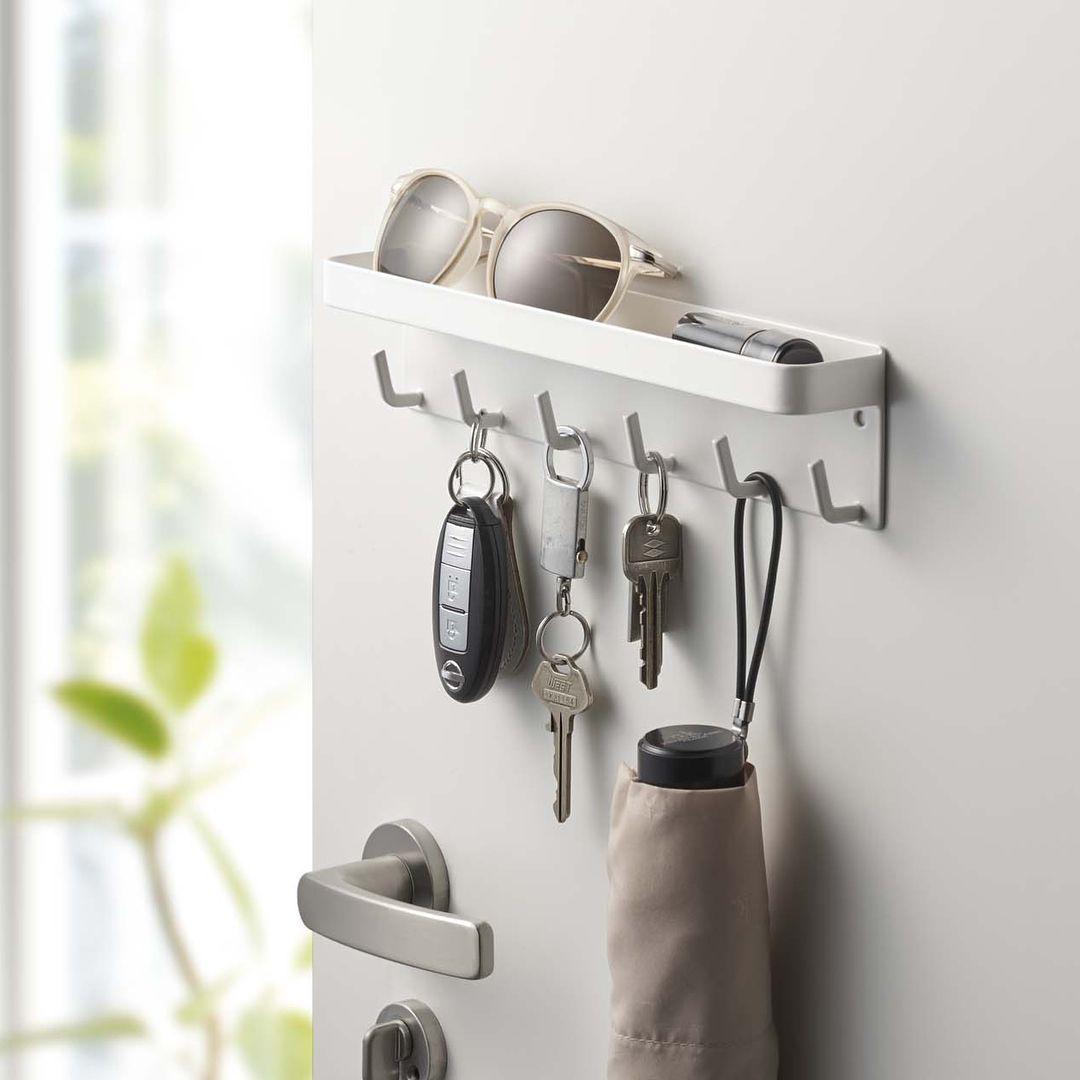 スチールの玄関扉に貼り付けて小物を収納 マグネットキーフック