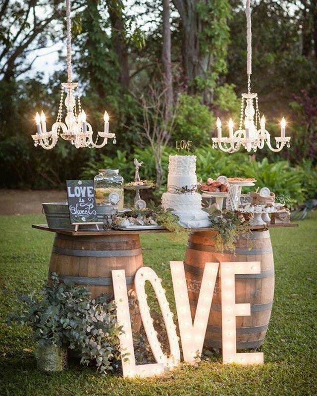 I really like this outdoor wedding decor, the barrels