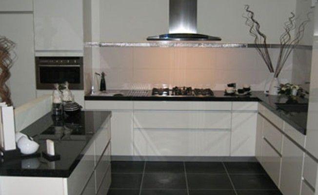 Afbeeldingsresultaat voor witte greeploze hoogglans keuken met zwart