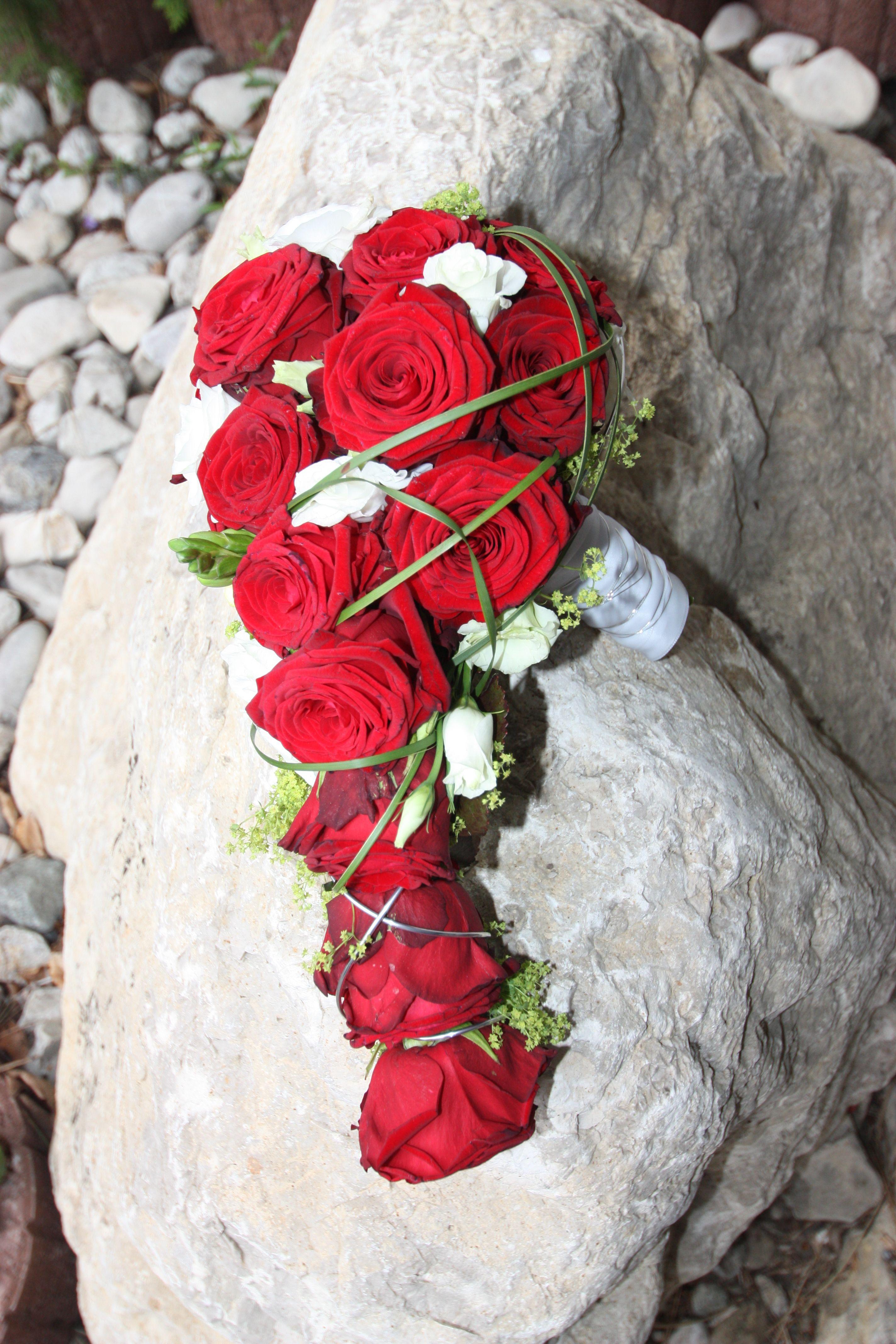 brautstrau mit roten rosen gr sern und akzenten von wei. Black Bedroom Furniture Sets. Home Design Ideas