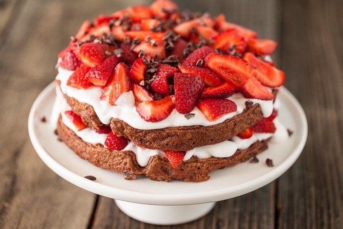 Шоколадный торт с клубникой и сливками: рецепт с фото, как ...
