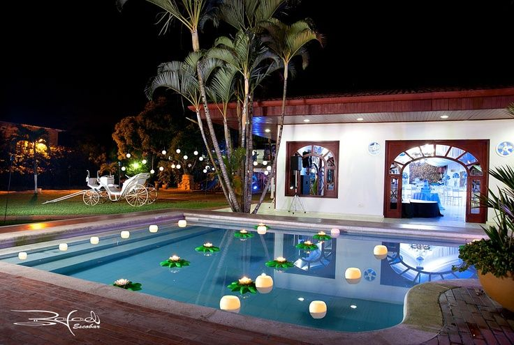 Hermosa decoraci n de piscina con pantallas flotantes for Decoracion de casas con piedras