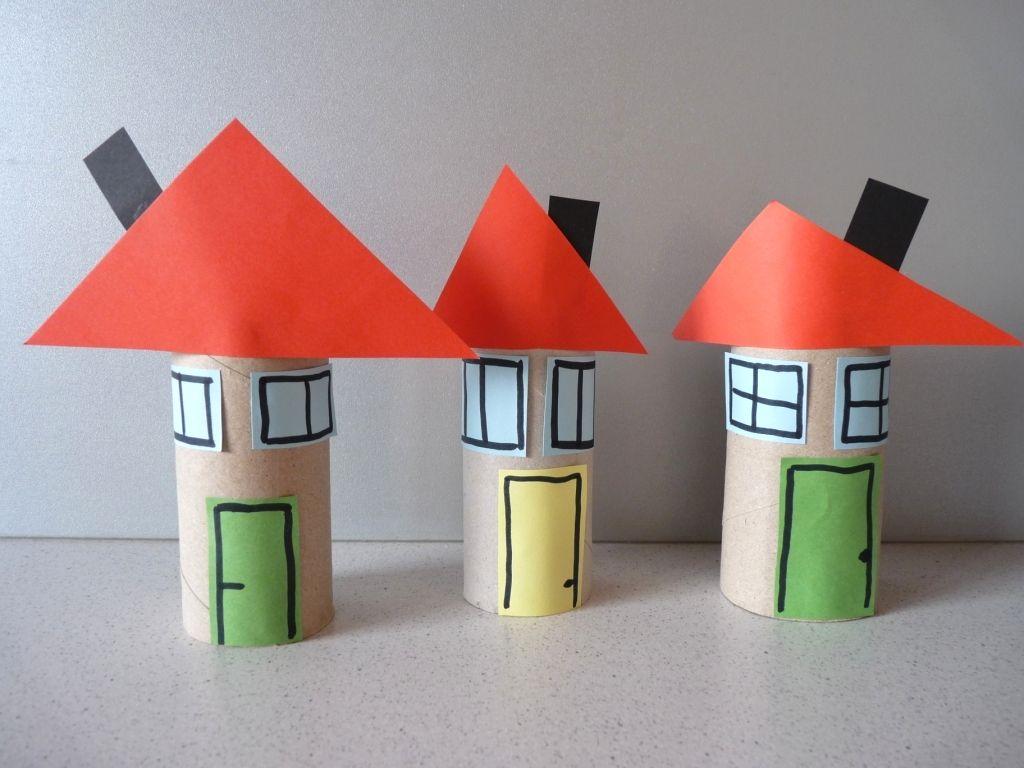 Dedinky a mestečká plné malých domčekov. Možno aj také ste videli na svojich prázdninových cestách. Z papierových roliek sa také dajú ľahko a rýchlo vytvoriť. S troškou fantázie sa vám možno podarí vytvoriť aj vašu ulicu...