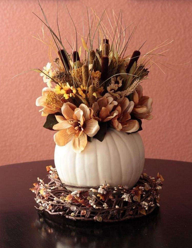 Blumenarrangement in einer weißen Vase auf Herbstkranz | Herbst ...