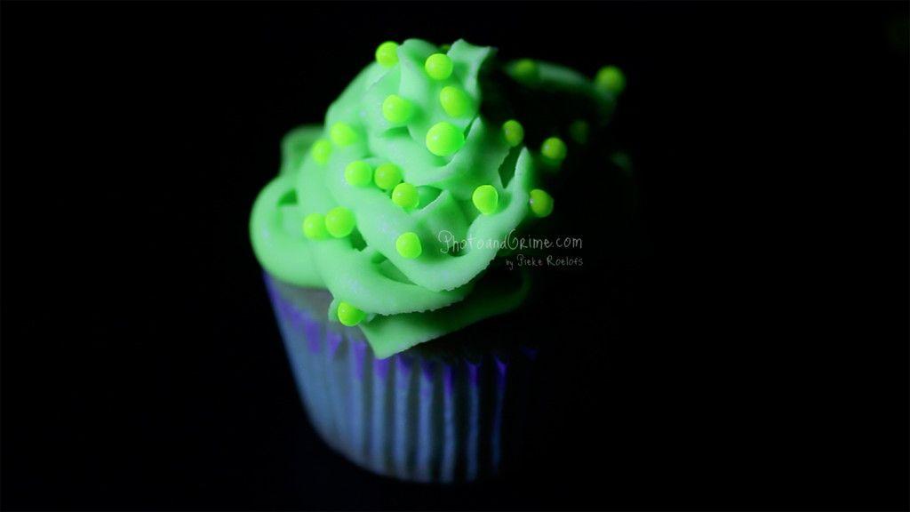 Green UV Glow in the dark cupcakes for Halloween! -> https://youtu.be/CaG0QMWInuA