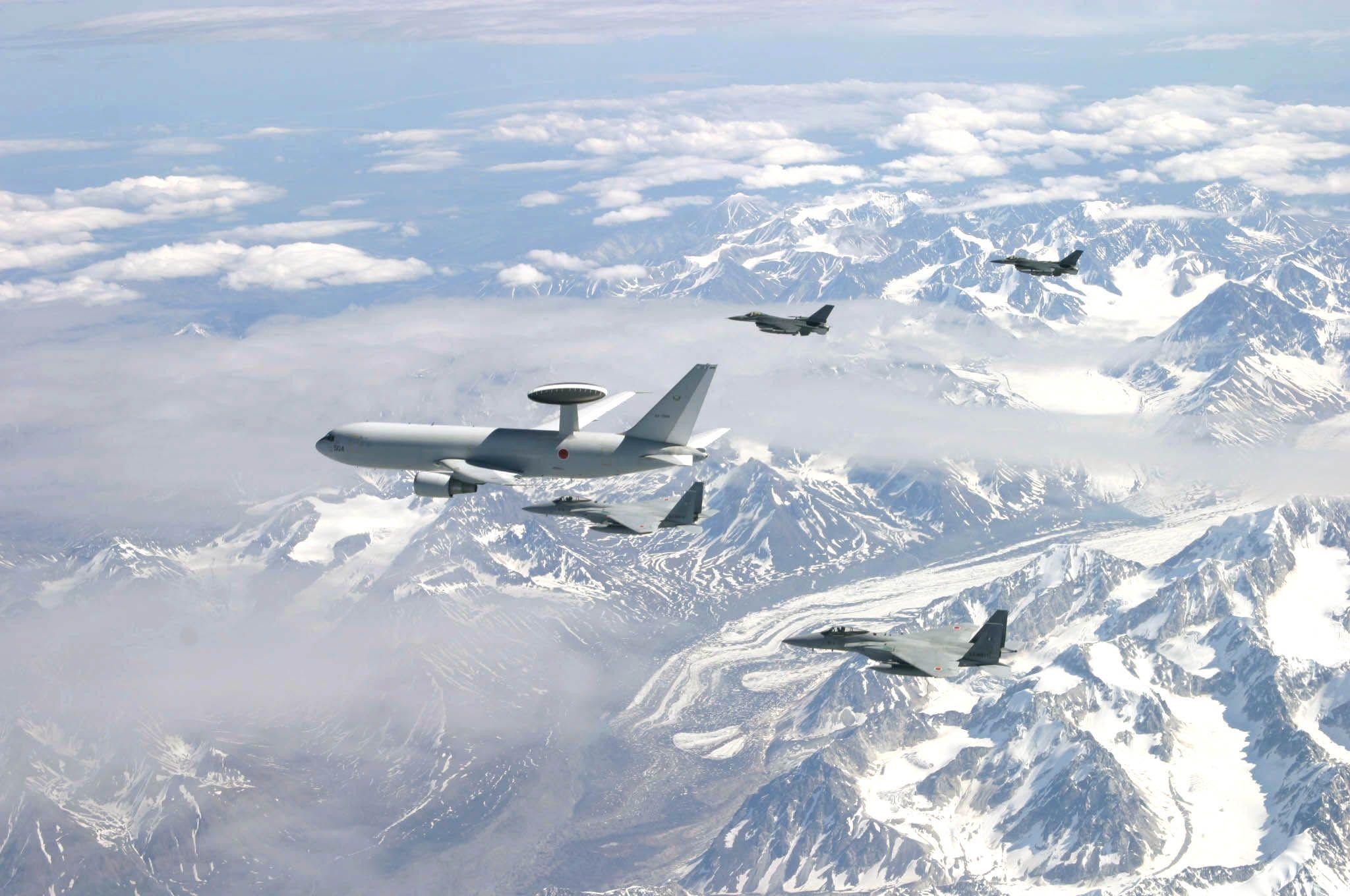 F-16 - Y Boeing E-3 AWACS