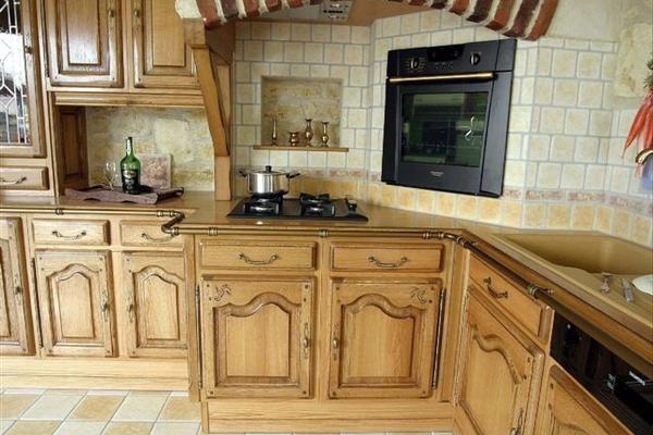 mod le de cuisine classique en bois de la marque legrand avec mur carrel par sanidel marche. Black Bedroom Furniture Sets. Home Design Ideas