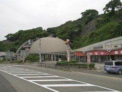 福井県丹生郡越前町にある越前がにミュージアム  越前ガニで有名な福井県ならではの越前ガニのすべてを紹介する博物館です 越前沖のカニや魚が住む水槽や越前ガニの生態を見て知ることができる海図ホールなどカニの事を良く知ることができます  また館内には越前ならではの旬の新鮮な魚介類を購入することができる市場や越前の海の幸を堪能することができるレストランもありますよ 越前ガニに触れて学んで食べることができると非常に人気のあるスポットですよ  tags[福井県]
