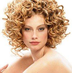 Acconciature per capelli ricci corti