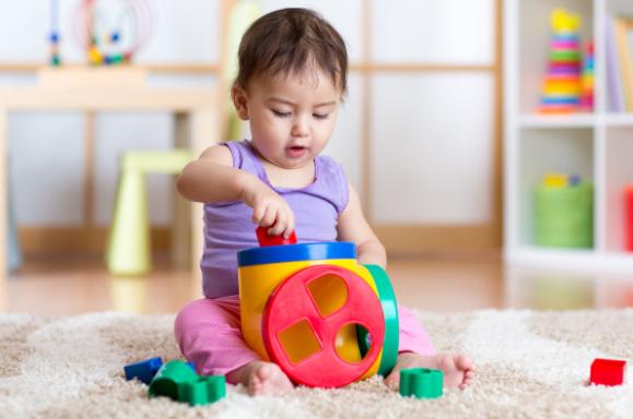 تنميه مهارات الطفل الرضيع عمر 7 8 9 شهور ذكاء حركات وجبات ألعاب جدول طعام وزن الأطفال في Physical Development In Children Physical Development 9 Month Old Baby
