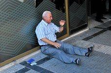 Giorgios Chatzifotiadis purskahti kyyneliin pankin edustalla Thessalonikissa.