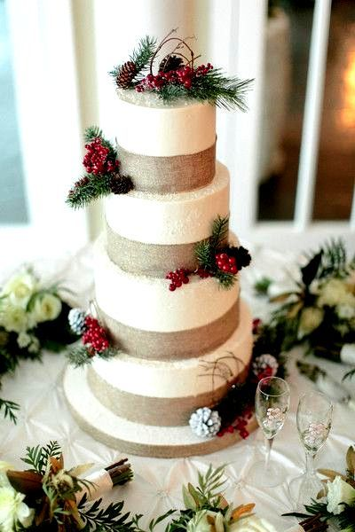 Your winter wedding NEEDS this cake with cranberry and ...
