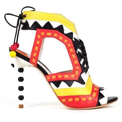A história dos sapatos contada numa exposição -  O salto que queria ser pulseira: uma das propostas de Sophia Webster para a primavera verão 2013.