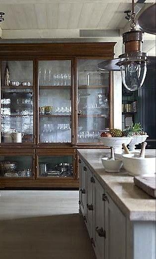 Küchenidee ... Legen Sie Glas in die Paneele des Pantry Cabinet und machen Sie ..., #cabinet #kuchenidee #legen #machen #paneele #pantry #pantrycabinet