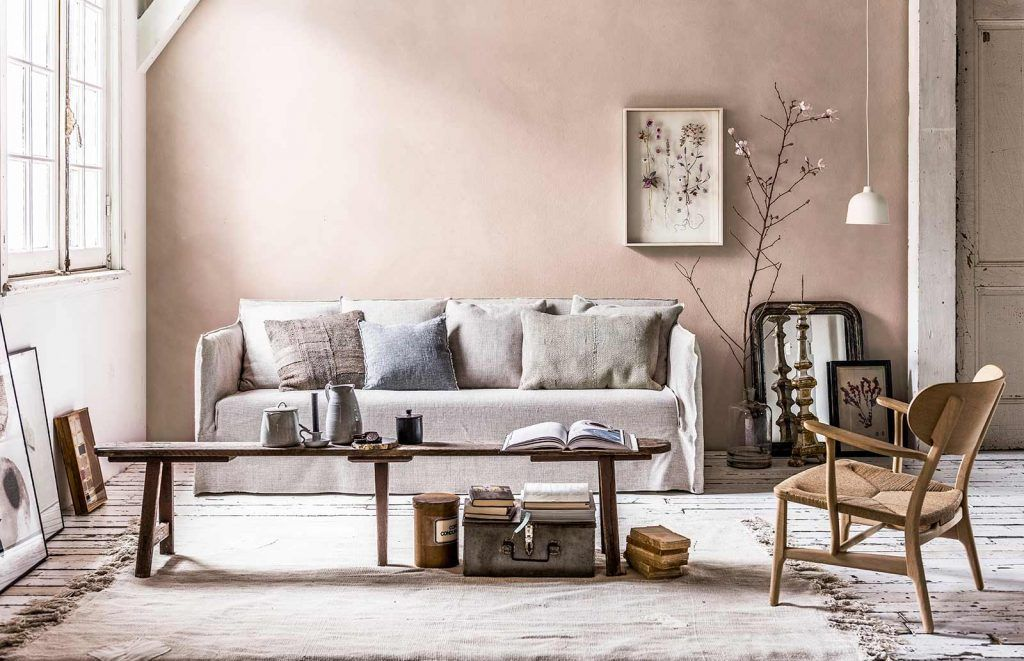 Woonkamer in pastelkleuren met beige bank living area in soft