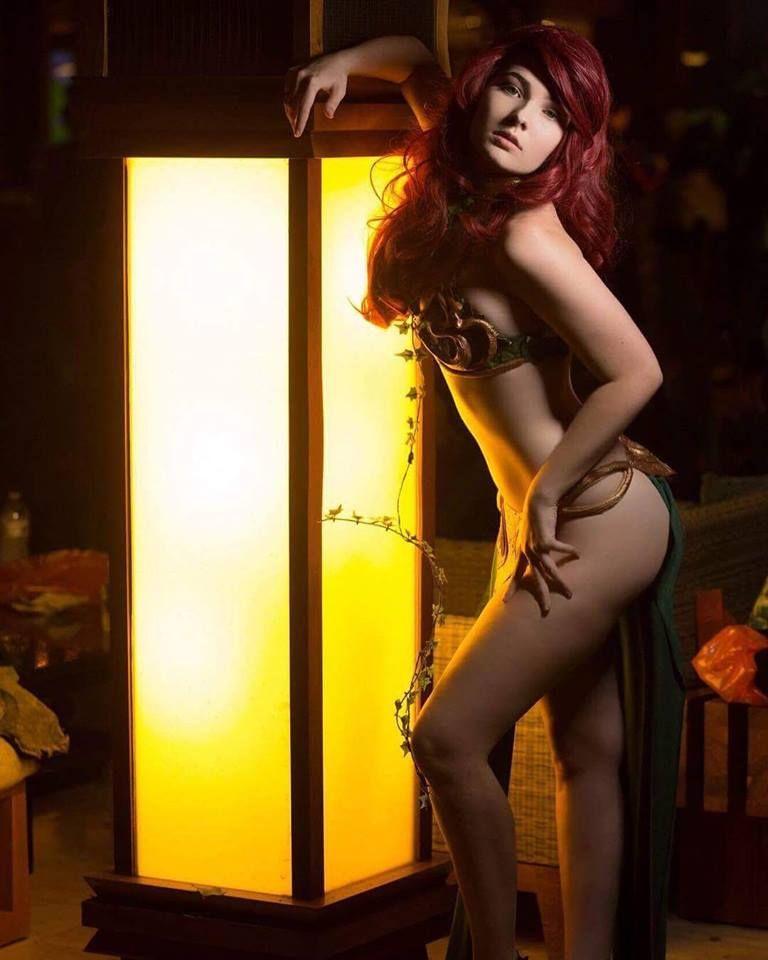 Leia In Gold Bikini