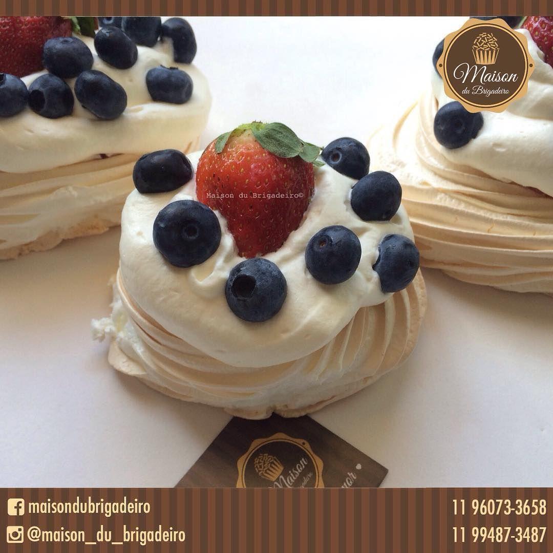 ✨ #Pavlova é uma sobremesa em forma de bolo e a base de merengue cujo nome é uma homenagem à bailarina russa Anna Pavlova . É crocante por fora e macio por dentro, decorado com frutas em cima. ✨