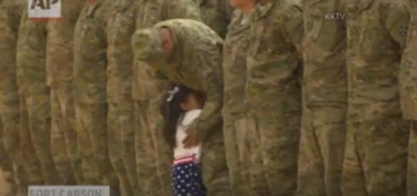 Non vedeva il papà militare da 9 mesi: non resiste e corre ad abbracciarlo - Yahoo Notizie Italia