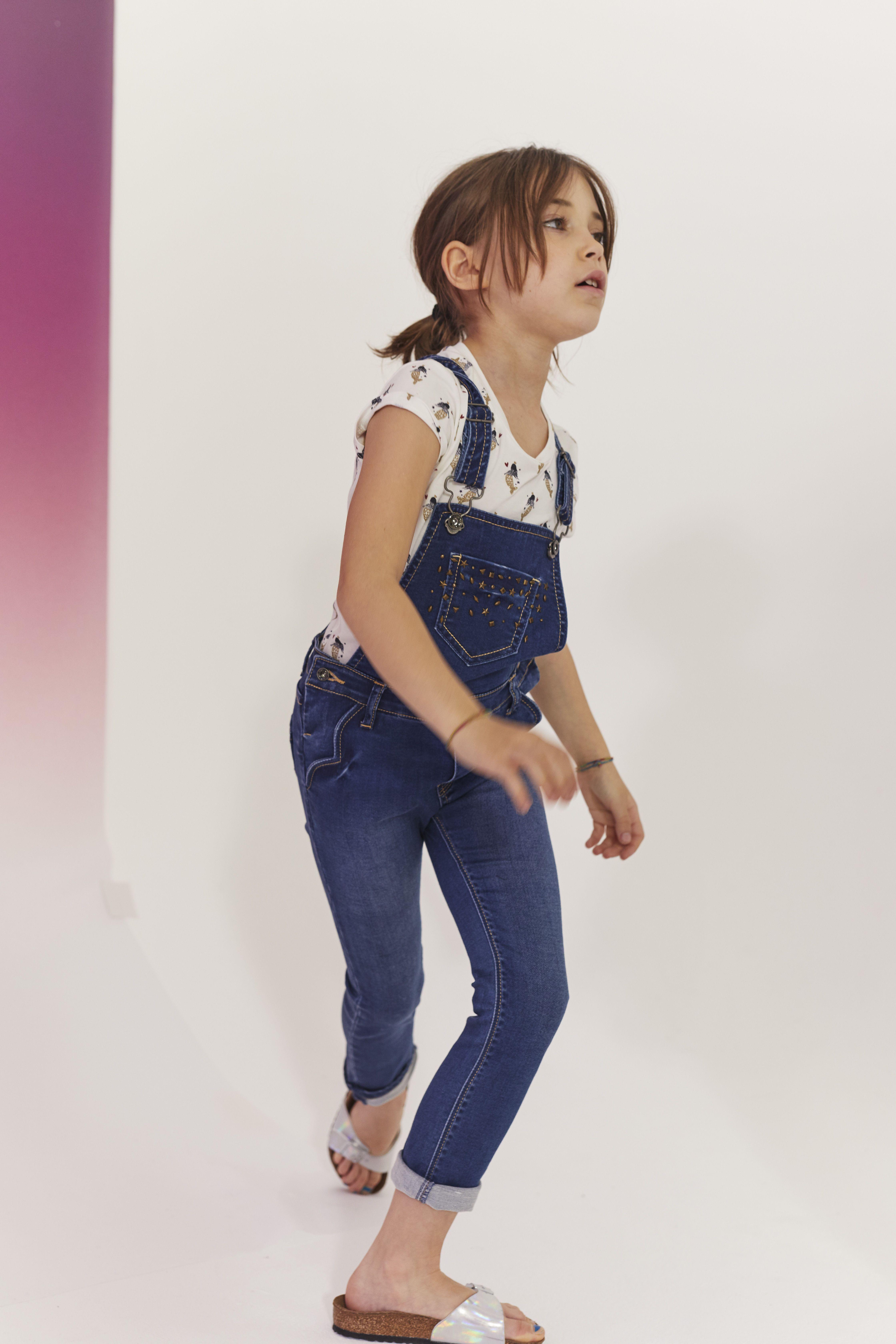 a9567acac6756 Look fille salopette en jean et tee-shirt imprimé sirènes Automne-Hiver  2017/2018 collection IKKS Kid Girl #aw17 #kidstyle