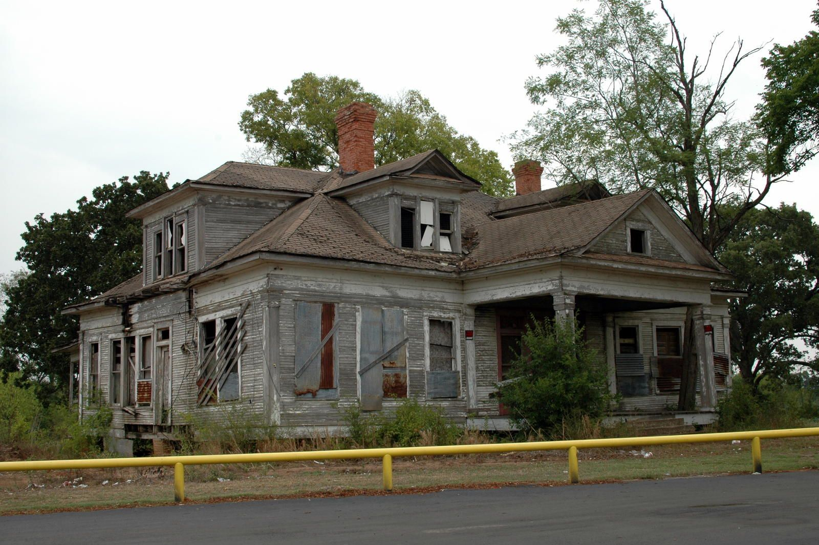 The Haunted House Behind The Dairy Queen In Fairfield Texas The Dairy Queen S Address Is 683 W Us Hwy 84 Fairfi Abandoned Houses Old Houses Abandoned Places