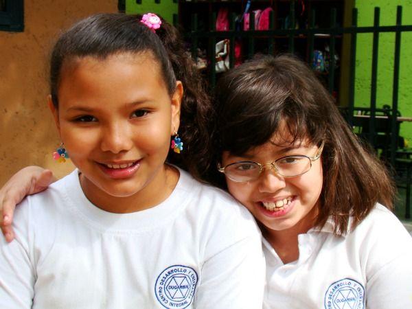 Dos compañeras en la escuela