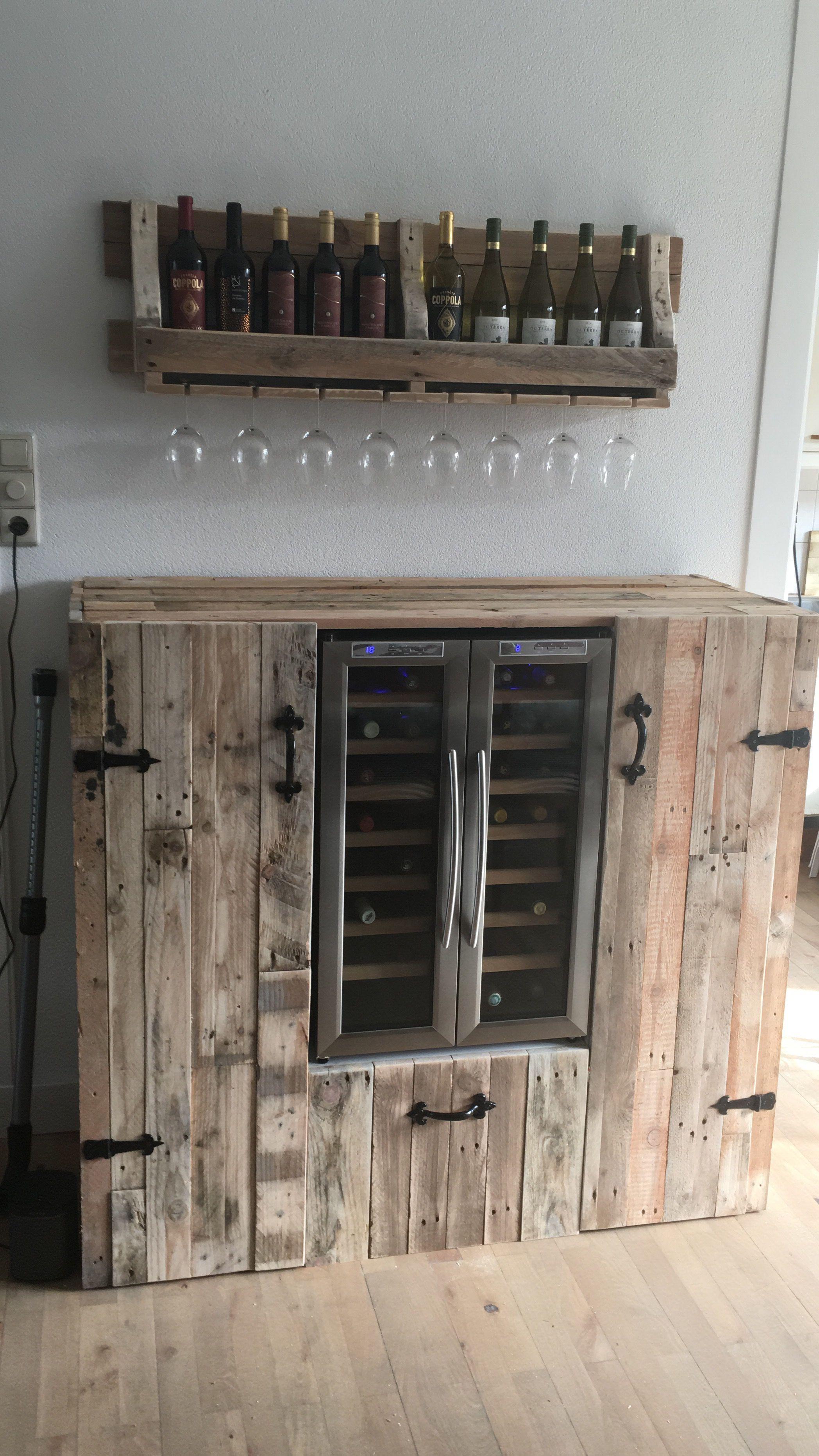 Een wijnklimaatkast met pallethouten bergkasten en een pallethouten wijnglazendrager