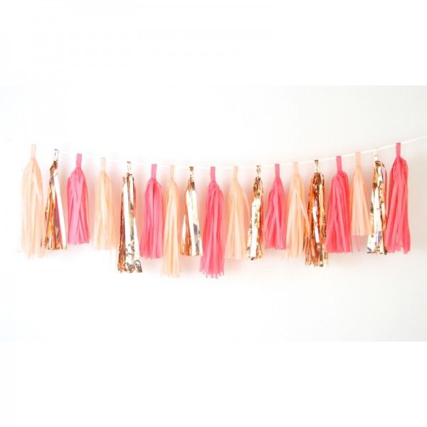 Tassel garland in glam wedding. Photo from: PomPom your life!