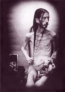 El espejo, los excrementos y las quemaduras (1989-90), fotografía-autorretrato de David Nebreda reproducido en el libro Corpus solus.  El límite del cuerpo. El reflejo del espejo. Él, yo y todos los yo. El cuerpo como lienzo y como re-encuentro.