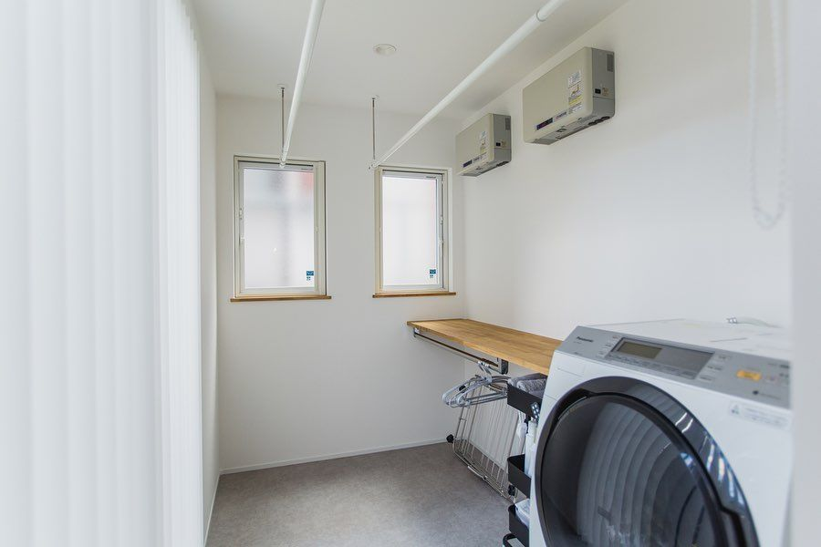 洗濯にまつわる全てが解決できる 多機能サンルーム 外干し 部屋干しどちらも可能なレイアウト カウンターで洗濯物を畳むのもよし アイロンがけもよし 洗濯機をあえて洗面室に置かず 湿気対策もバッチリです 𓐌𓐌𓐌𓐌𓐌𓐌𓐌𓐌𓐌 ランドリー