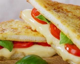 Sandwiches légers en triangle fromage et tomate toastés