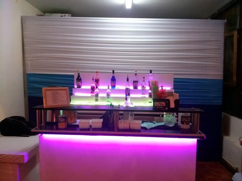 barra de bar con estante de botella e iluminacion led
