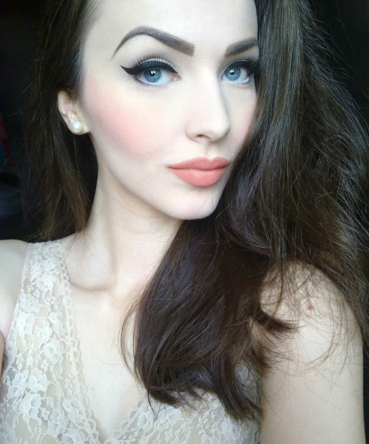 A Little Sharp Colours Are Cute For Blue Eyes Just Needs A Touch More Blending To Soften It Pale Skin Makeup Pale Makeup Peach Makeup