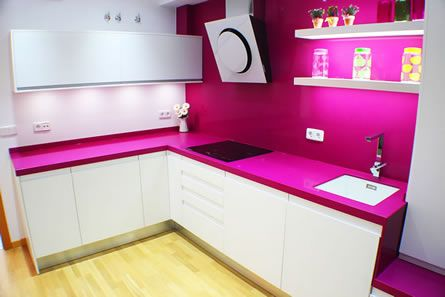 Cocina blanca lacada y encimera fucsia en legan s vivir aqui pinterest cocinas blancas - Cocinas rosa fucsia ...