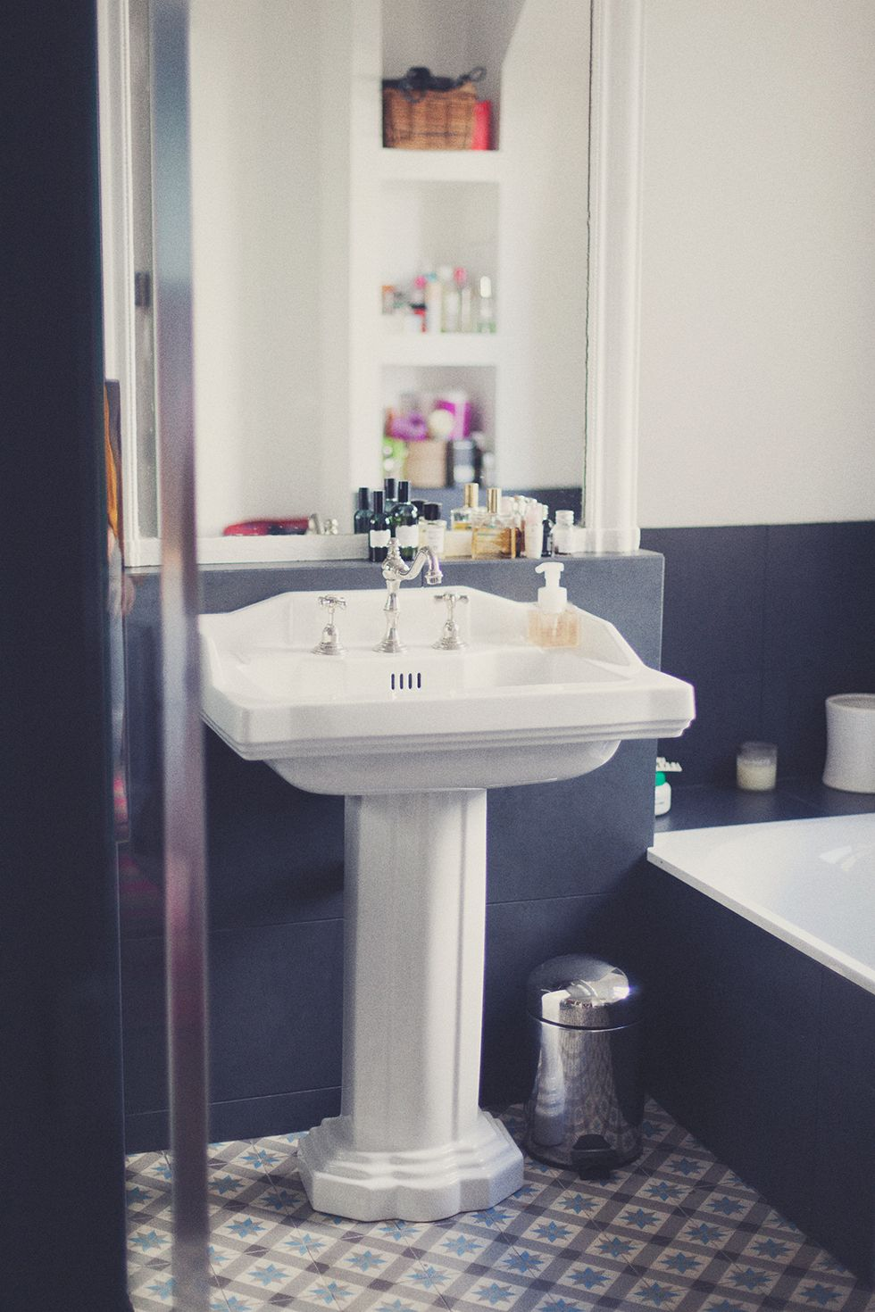 Salle de bain rétro avec lavabo sur pied et carrelage ancien ...