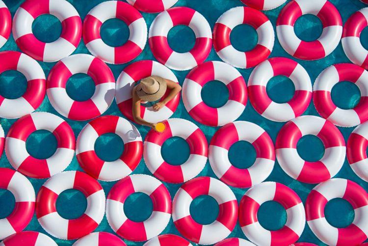[我愛夏天] 滿池的繽紛泳圈 » ㄇㄞˋ點子靈感創意誌