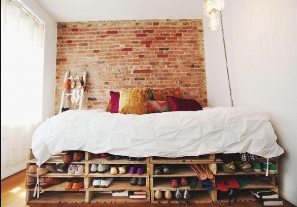 Lit En Palettes De Bois Avec Rangements De Chaussures Lit En Palette Idee Deco Lit Meuble Palette