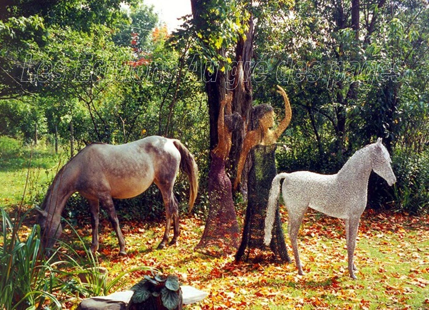 À gauche : un vrai cheval. Au milieu et à droite : une danseuse et un cheval confectionnés en grillage à poules par Jocelyn Roy, habile artiste d'Irlande.