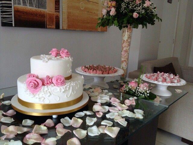 Mesa de casamento com bolo e doces