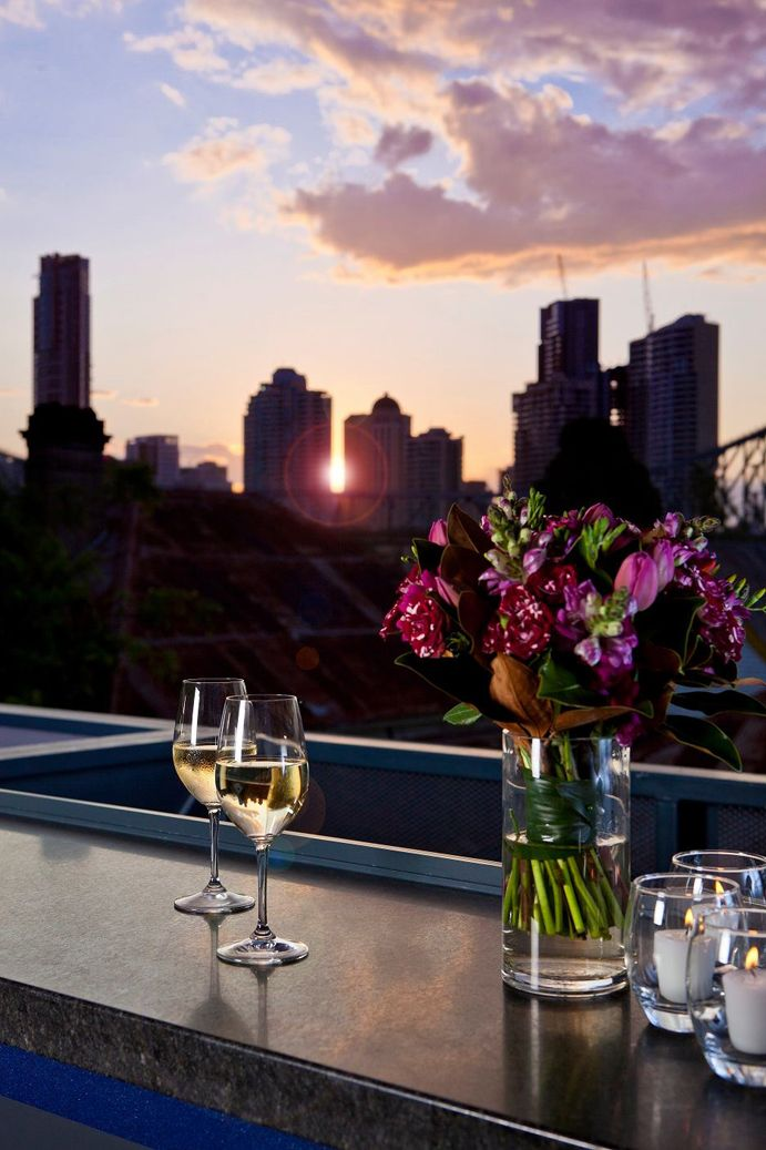 Spring is finally here so let's embrace the warmer weather! Check out our list of the top 10 rooftop bars in Brisbane and enjoy your cold drinks with a view of the sunset! #thisisqueensland