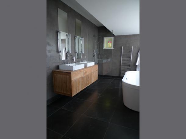 Badkamer Tegels Antraciet : Hout gecombineerd met antraciet grijze tegels door assie62