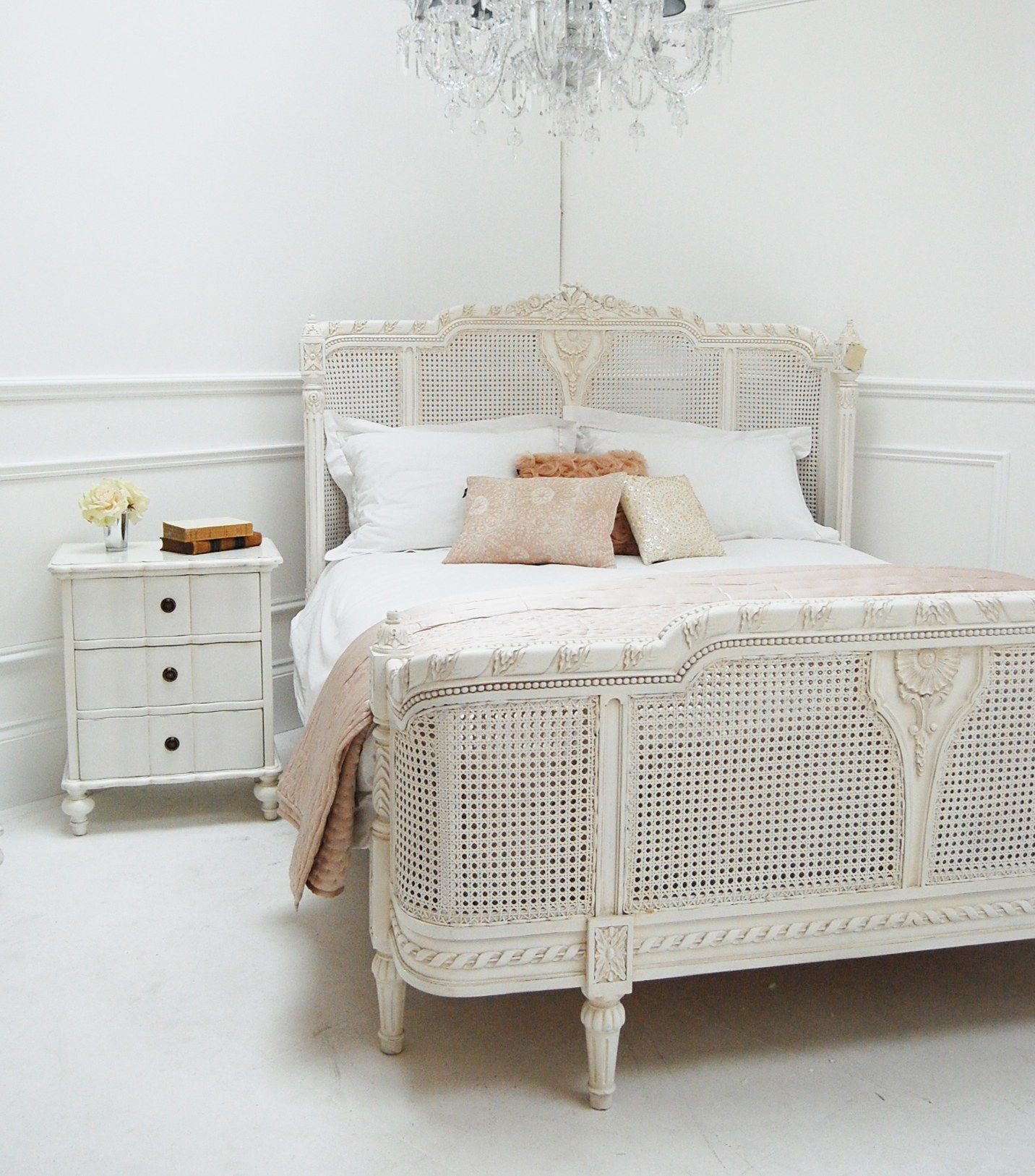 Classical White Valencia Bed Sweetpea & Willow London in