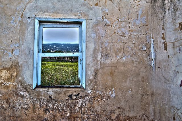 ventana casa abandonada, via Flickr.