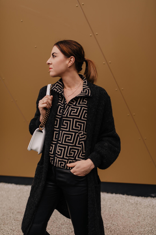 Original- Kostenloser Versand neue bilder von Outfit mit schwarzer Lederhose, weißen Sneakers und Fendi ...