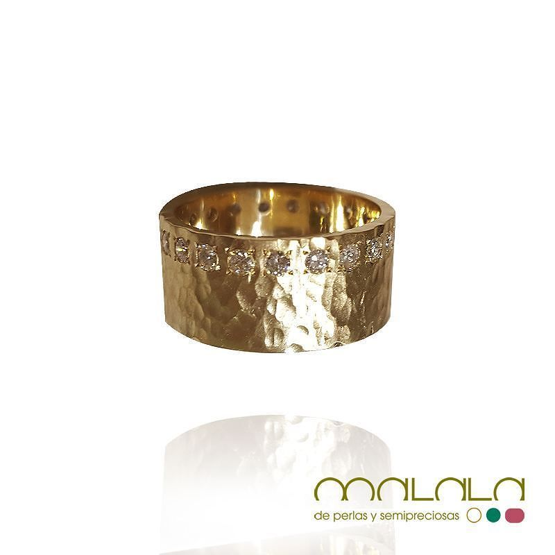 #Anillo de #oro y #brillantes  #ring #gold #diamond #diseñoExclusivo #elegancia #fashion #femenino #fino #gift #guapa #handmade #hautecouturejewelry #instafashion #jewel #joya #joyeria #joyeriadediseño #ladies #MadeinSpain #madrid #magia #MalalaDePerlas