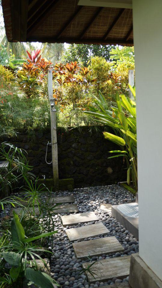 buiten badkamer met douche en mandi | DOUCHE EXTERIEURE | Pinterest ...