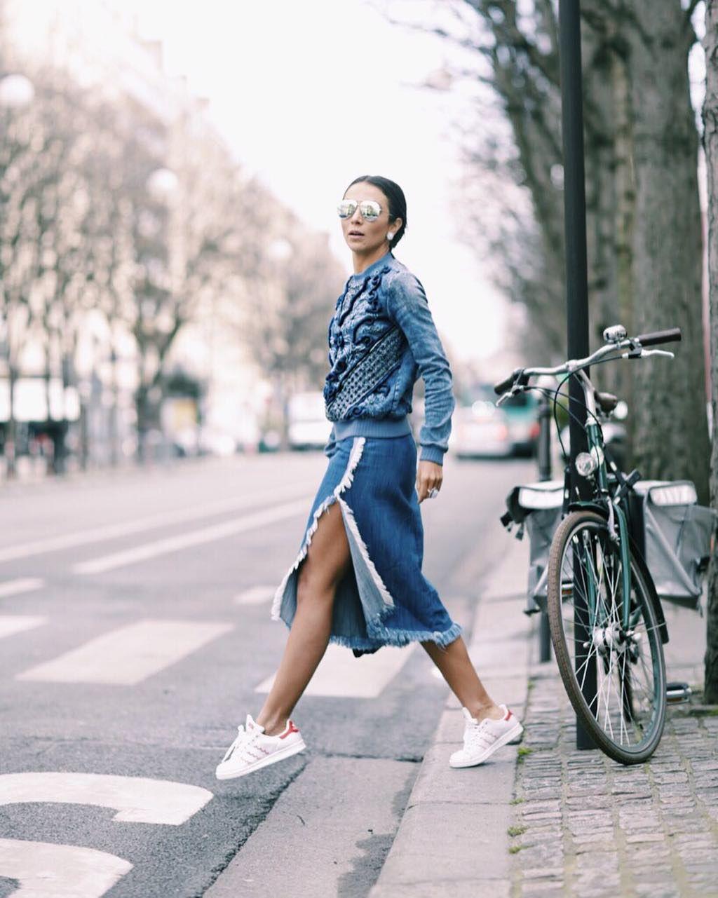 All about jeans! Tem tecido mais versátil? Da saia midi até esse moletom glamuroso da @fabianamilazzo  saia #zara e tênis @adidasbrasil #lalaemparis #lalaontour @fhits by lalanoleto