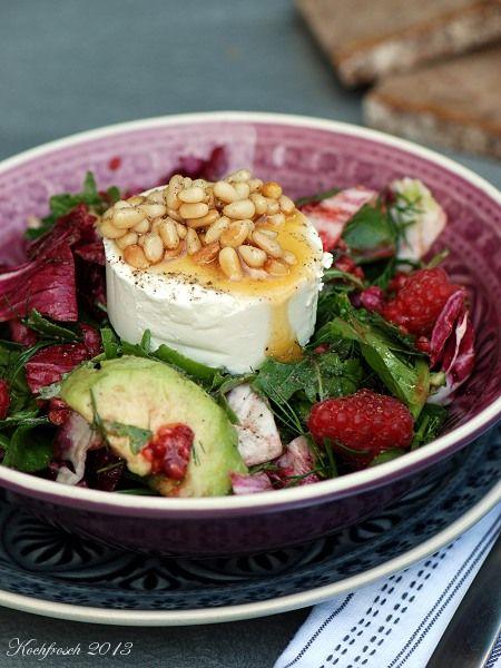 Salat mit avocado und ziegenkase