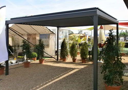 Pergola bioclimatique étanche SunUmbrella Eco, équipée de panneaux