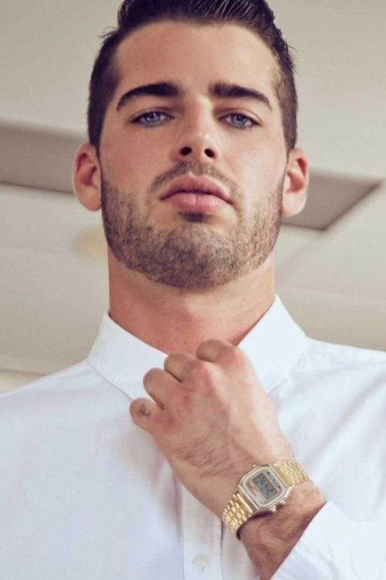 Männer mit braunen haaren und blauen augen