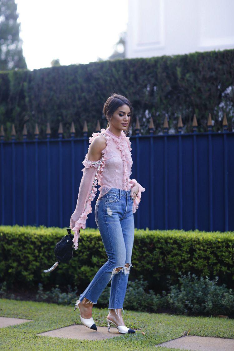 camila coelho look babado rosa e jeans